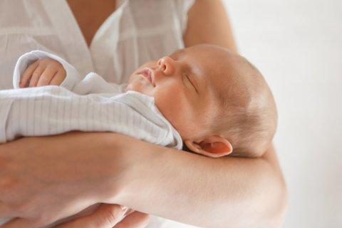 新生児 抱っこ ママ
