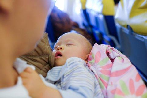 新生児 飛行機 ママ