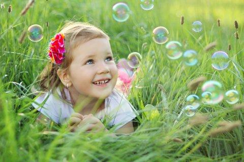 女の子 笑顔 しゃぼん玉 芝生
