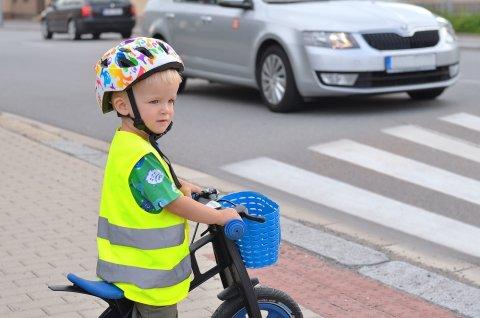 男の子 自転車 道路 危険 安全