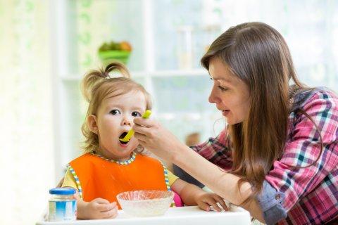 ママ 赤ちゃん 女の子 食事 離乳食 笑顔