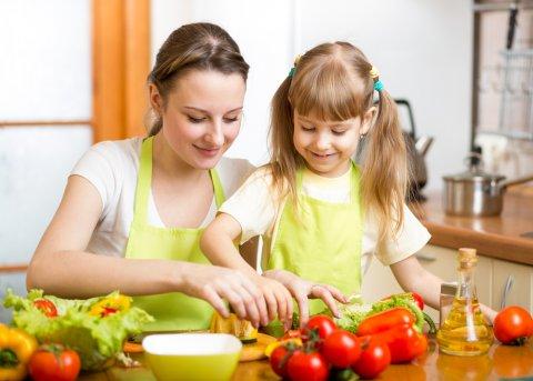 親子 女の子 ママ 野菜 台所