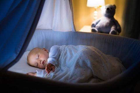 赤ちゃん 夜 ベビーベッド 寝る 寝顔