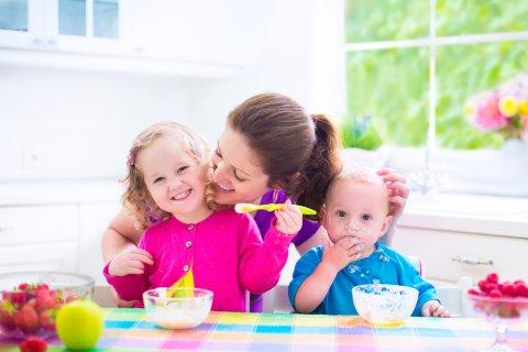 親子 食事 子供 ママ 兄弟 離乳食 女の子 男の子