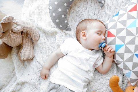 赤ちゃん かわいい 寝る おしゃぶり 人形 布団