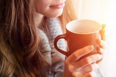 女性 紅茶 ハーブティー コーヒー 飲む