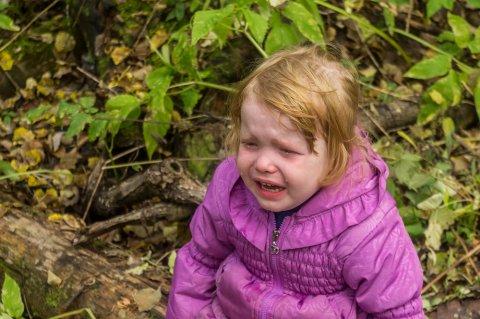 女の子 不機嫌 泣く 反抗期