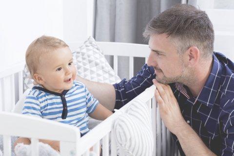 男性 赤ちゃん ベビーベッド