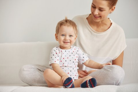 親子 男の子 1歳 ママ 息子 笑顔 赤ちゃん
