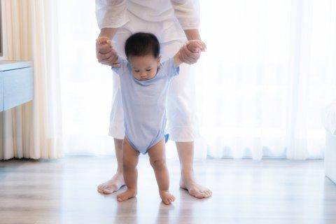 赤ちゃん 歩く つかまり歩き
