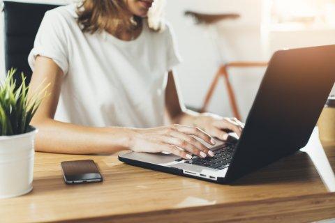 女性 パソコン 調べる