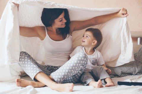 ママ 息子 男の子 ベッド 笑顔