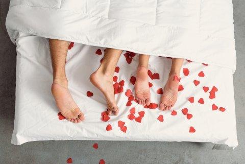夫婦 カップル 性交 性行為 ベッド 出血
