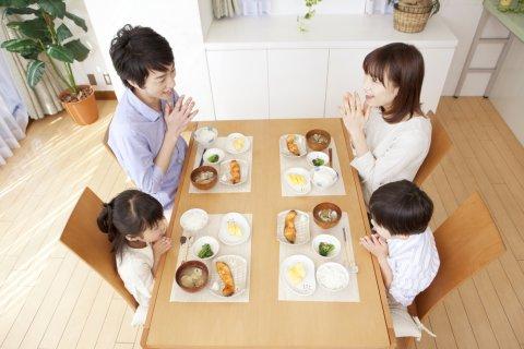 家族 食事 食卓