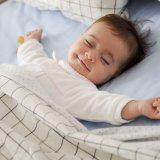 赤ちゃん 寝る 笑顔