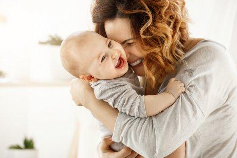 親子 赤ちゃん ママ 笑顔