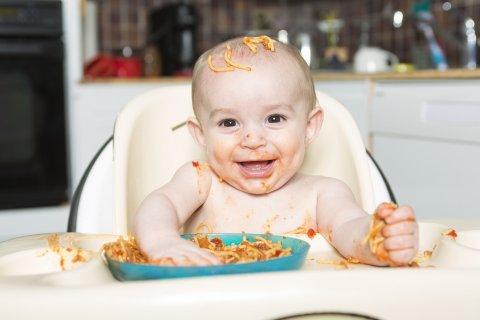 遊び食べをする赤ちゃん