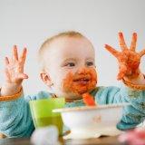 遊び食べをしている赤ちゃん