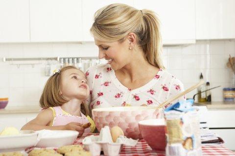 子供 ママ 女の子 料理 笑顔 食事