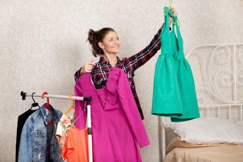 女性 服を選ぶ