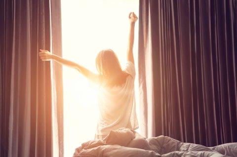 女性 起床 朝日