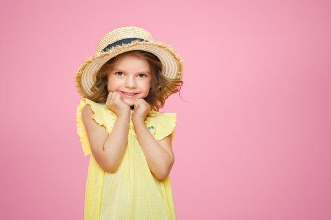 女の子 帽子 ワクワク 笑顔