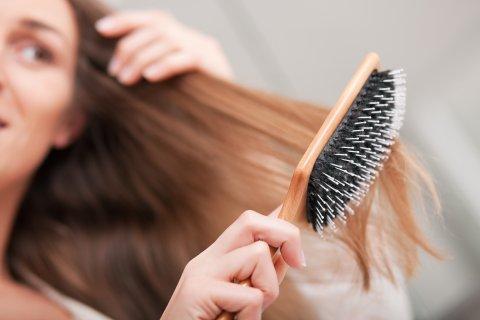 女性 ブラッシング 抜け毛
