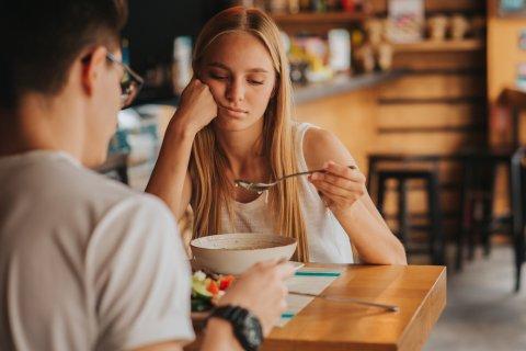 女性 食欲不振 不調 カップル レストラン