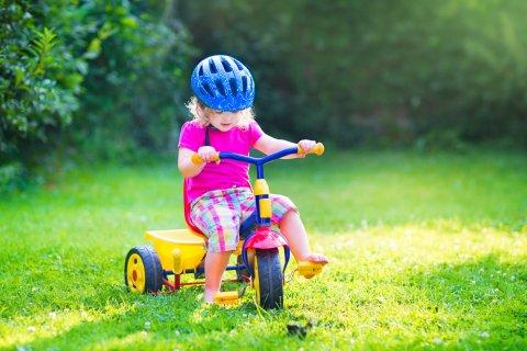 三輪車 公園 芝生 外遊び ヘルメット 女の子 赤ちゃん 幼児 子供