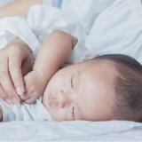 添い寝 日本人 赤ちゃん