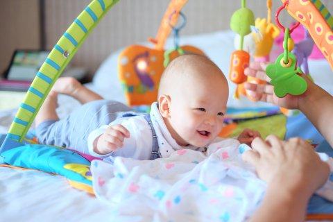赤ちゃん 日本人 うつ伏せ 5ヶ月