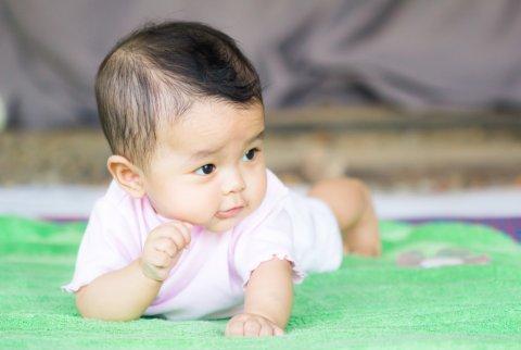 日本人 赤ちゃん うつ伏せ 寝返り