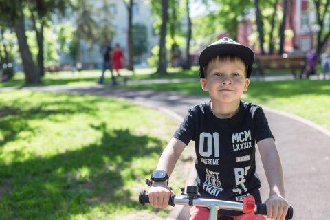 男の子 帽子 自転車 夏 笑顔