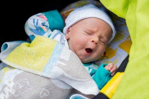 男の子 赤ちゃん あくび