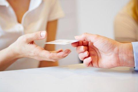 保険証 カード 女性 手