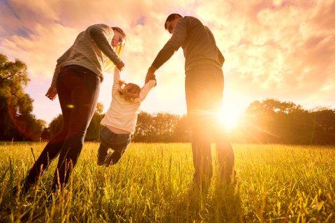 家族 パパ ママ 子供 夕日
