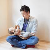 オリジナル 赤ちゃん パパ 抱っこ 泣く パパ見知り