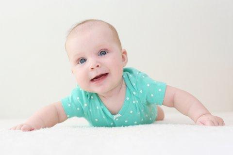 赤ちゃん 生後4ヶ月 うつぶせ 笑顔