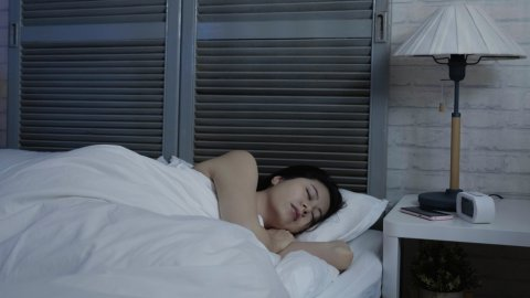 日本人 女性 睡眠 寝る