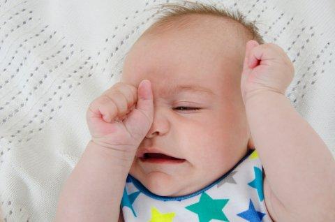 赤ちゃん 目 こする 眠い かゆい
