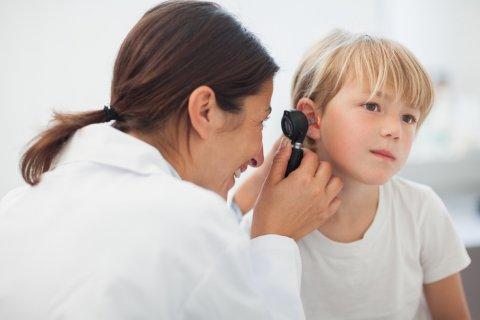 子供 耳鼻科 耳 病院 医師 男の子