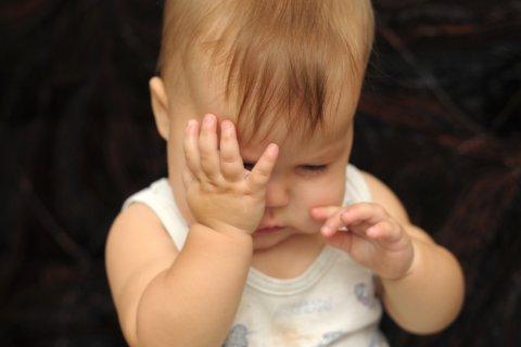 赤ちゃん 泣く 目 こする