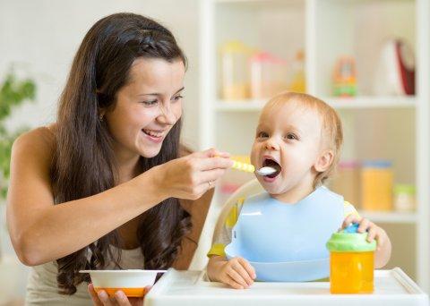 赤ちゃん ママ 離乳食 男の子 食べる マグ 笑顔