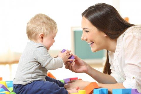 赤ちゃん ママ 男の子 笑顔 お座り 積み木