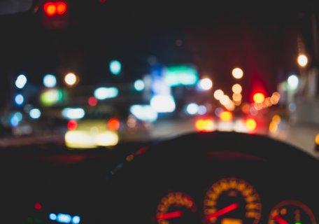 車 車内 夜 メーター 道路