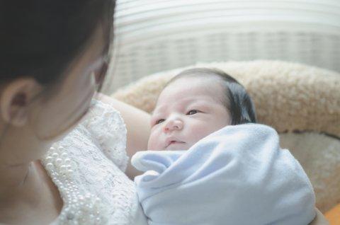 日本人 新生児 抱っこ