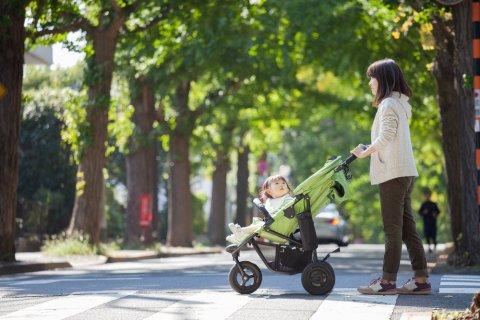 公園 緑 ママ  赤ちゃん ベビーカー 散歩 グリーン 光