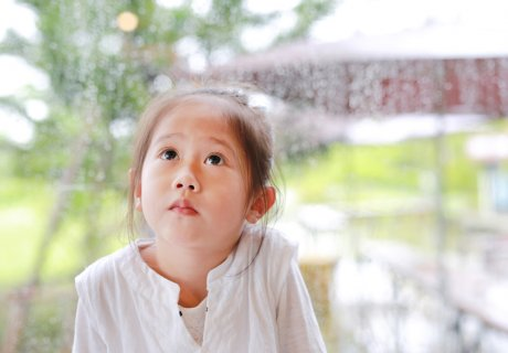 女の子 雨 悩む