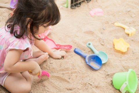 子供 女の子 外遊び 公園 おもちゃ 砂場