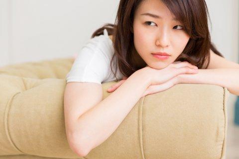 悩む 女性 日本人
